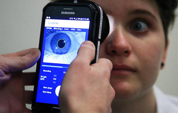 Kevin Jackson uses AlgometRx Platform Technology on Sarah Taylor's eyes